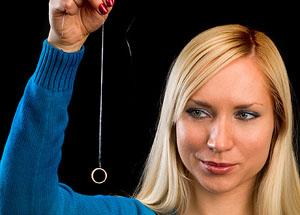 Гадания на обручальном кольце с ниткой